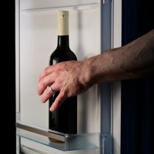 Flasche Wein im Kühlschrank