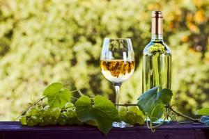 Flasche Weißwein und Glas