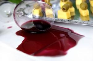 Rotweinfleck auf Tischdecke