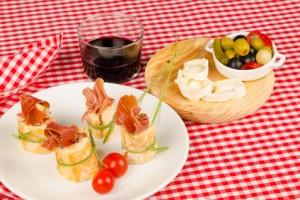 Spanische Tapas mit Serrano-Schinken und Rotwein