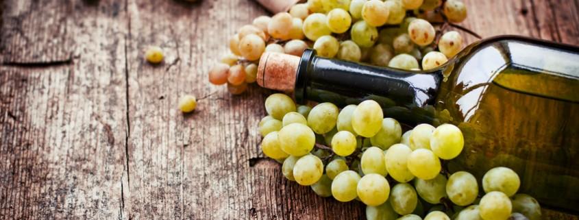 Flasche Weißwein , Trauben und Korken