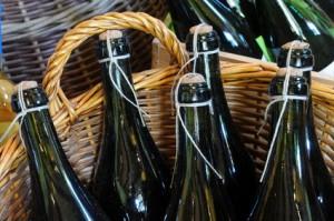Korb mit Wein - Weinflaschen