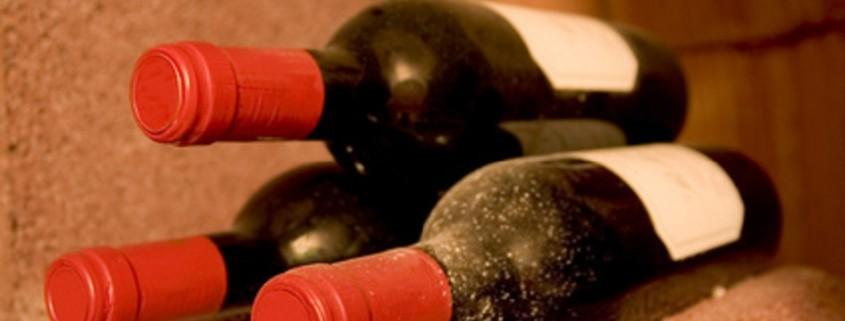 drei liegende Weinflaschen