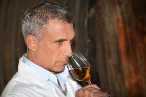 Mann riecht am Wein