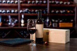 Wein in einer Kiste als Geschenk